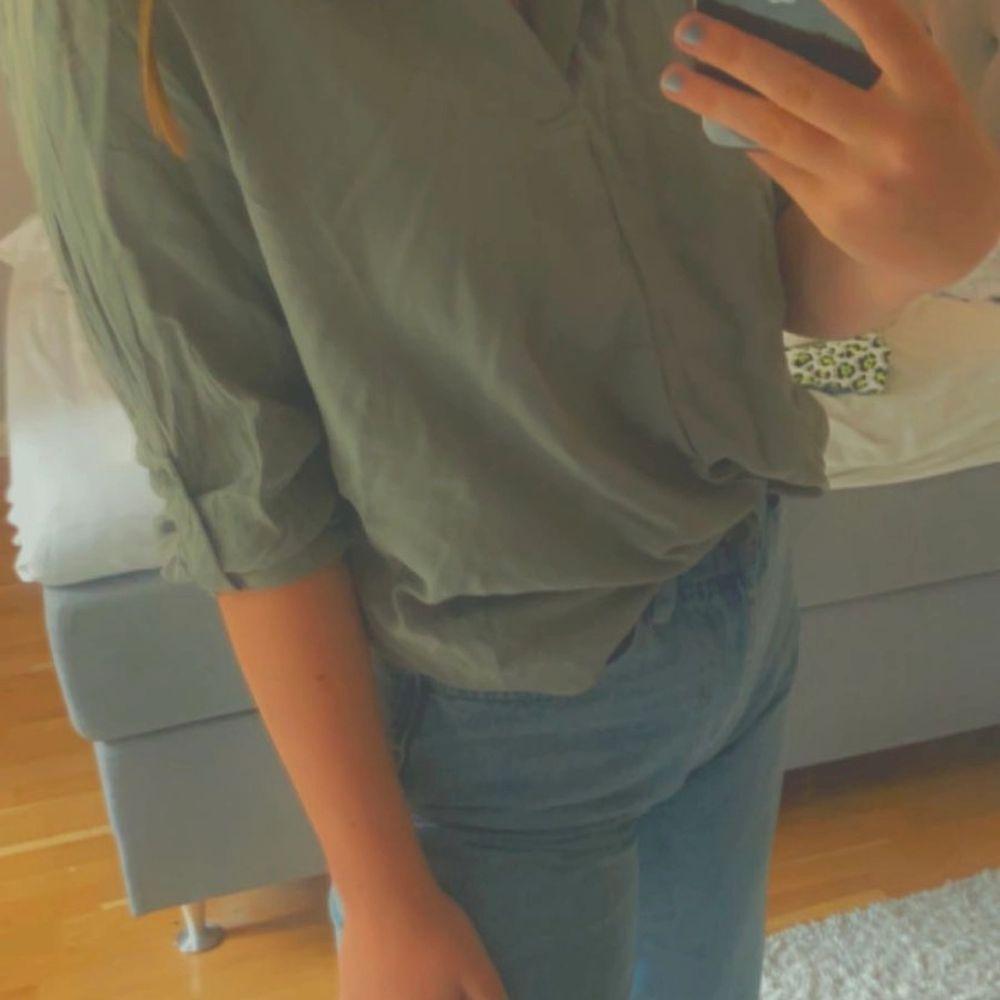 En snygg militärgrön blus/skjorta. Oanvänd bara provad. Köparen står för frakten💕. Skjortor.