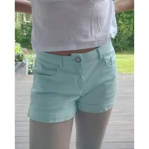 Ljusblåa shorts från hm i stl 164/13-14 år. Ser ut som jenashorts men är inte i jeans material. Två riktiga fickor fram och två bak