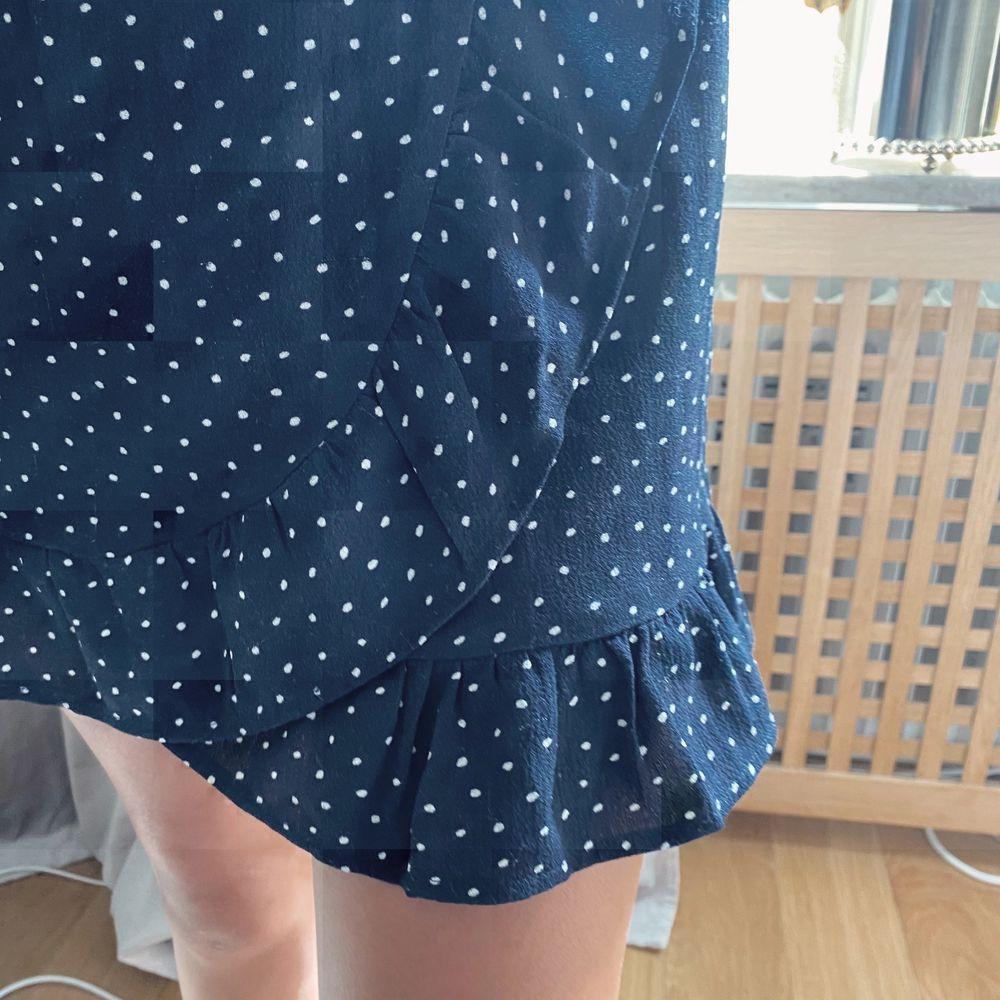 En jätte fin kjol från friboo, använde mycket förut men säljer då jag inte använder den mer, bra skick, köparen betalar frakt. Det står inte vilken storlek men passar xs-s. Kjolar.