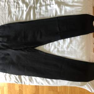 Ett par mjukisbyxor från Only som liknar lite kostymbyxor. De är mjuka och väldigt fina. Kan både klä upp och klä ner. Säljer pga för små. Väldigt bra kvalite
