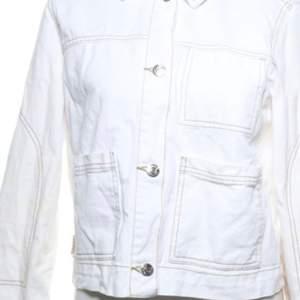 Oversized vit jeansjacka från BERSHKA som är sydd med mörkbruna sömmar! Hittade bilderna på någon annans sellpy men den är en exakt likadan, bara att min är i storlek M. (Så sista bilden står de alltså egentligen en storlek större)🥰