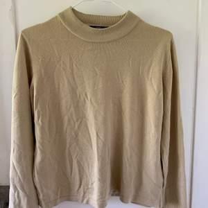 Nu säljer jag en jättefin beige tröja från marks & spencers i nyskick. Ungefär ett halv års gammal tröja men bara använd 2 gånger. Passar både S och M, men nog även XS. Väldigt fin till hösten!💕💕