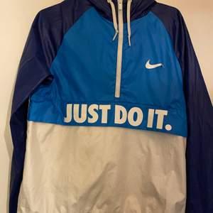Nike vindjacka storlek s       Nike märket är påväg att lossna
