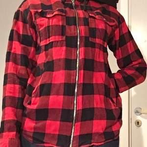 Rutig flannel kofta från Cubus. Den håller en varm om hösten. Ordinarie pris; 200kr. 🤍 Köparen står för frakt. 🤍