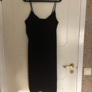 Enkel klänning från Monki. Använd ett fåtal gånger och i gott skick. Pris är inkl. frakt. Skriv vid frågor :)