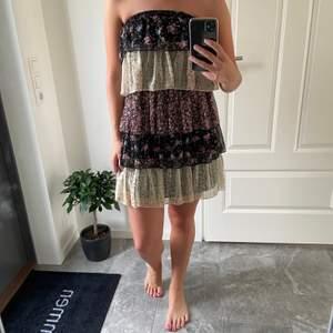 Blommig volang klänning från Gina tricot. Storlek 34, men passar även liten 36.