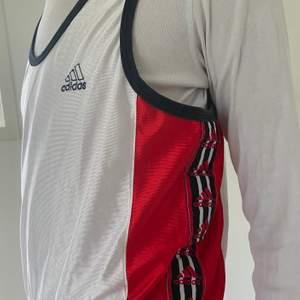 Retro Adidas linne med Adinas logo på sidorna längst midjan, köpt från humana! Fraktar för extra kostnad 🦋