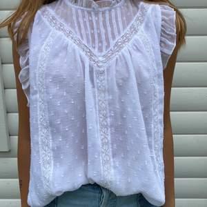 Säljer denna fina blus från Zara i storlek S då jag inte använder den så mycket längre. Om fler är intresserade så blir det budgivning. Pris: 180 kr💜