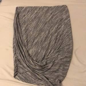 En grå/vit kjol går inte till användning längre