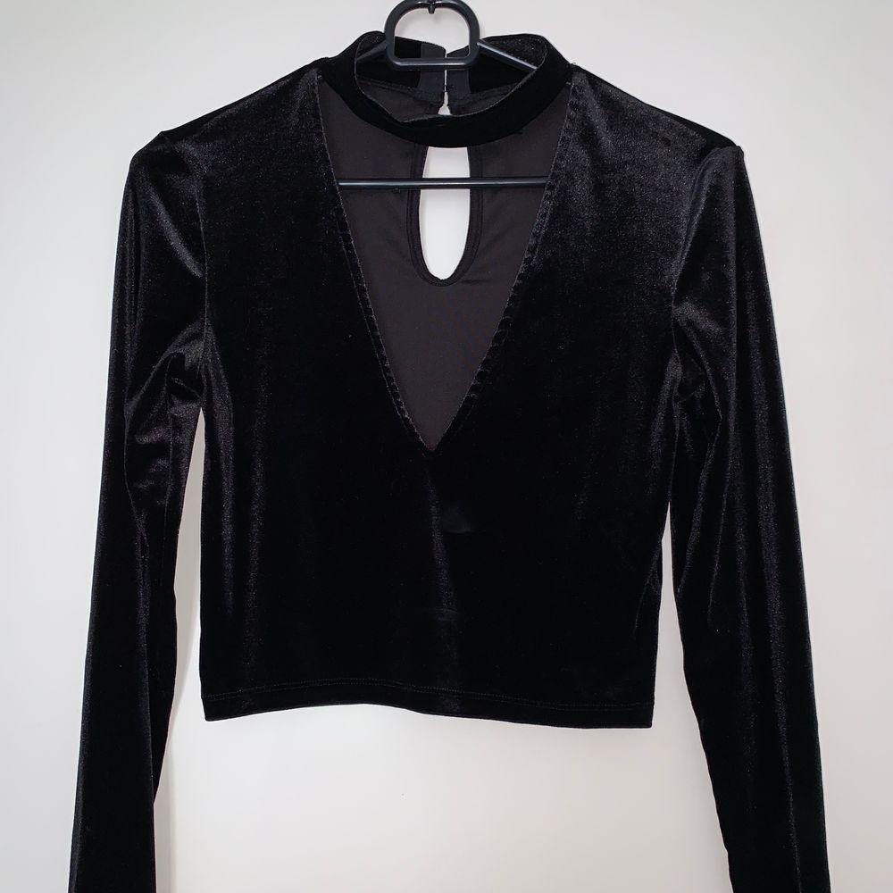 Velvet material, nästan aldrig använd svart fintröja med V-ringning + turtleneck. Hämtas upp eller fraktas. Köparen står för frakt. Frakten ligger på ca 40kr. Skicka privat för bättre bild.. Tröjor & Koftor.