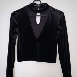 Velvet material, nästan aldrig använd svart fintröja med V-ringning + turtleneck. Hämtas upp eller fraktas. Köparen står för frakt. Frakten ligger på ca 40kr. Skicka privat för bättre bild.