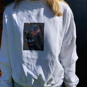 Vit sweatshirt med något sorts galaxtryck över bröstet. Tröjan är köpt på Carlings och är i gott skick! Säljer pga ingen användning för den längre. Köparen står för eventuell fraktkostnad 🌷👍🏼