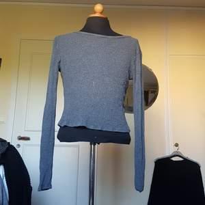 Denna enkla gråa långärmade tröja från brandy melville säljes då den inte används längre. Lite lång i ärmarna men går att antingen vika eller sy upp. Väldigt följsam i tyget. Passar S/M.