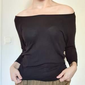En svart off shoulder tröja med väldigt stretchigt tyg 🖤 är super fin men har 2 små hål som jag kan sy igen. Därför säljer  jag tröjan billigt och bjussar på frakten!