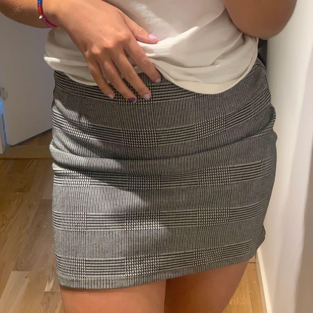 Säljer denna kjol från H&M, något år tillbaka. Passar 36-38. Hör av er vid frågor. Priset är inklusive frakt. . Kjolar.