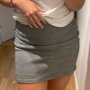 Säljer denna kjol från H&M, något år tillbaka. Passar 36-38. Hör av er vid frågor. Priset är inklusive frakt.