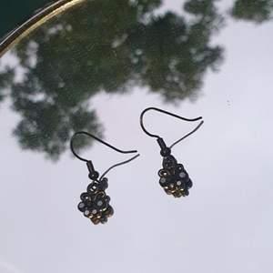 Ett par örhängen med svarta stenar. Frakt blir 12kr men går också att boka träff för avhämtning.💖💞