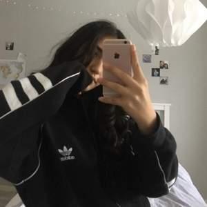 Svart oversize hoodie från Adidas i stl M, skulle säga att den passar även stl L då den är relativt stor i storleken men passar oversize på mig som vanligtvis har S/XS. Säljer pga att det inte är min stil längre men det är i toppskick och behöver en ny ägare som använder den mer💕 skickar fler bilder vid intresse och kan bjuda på frakten vid snabb affär 💕