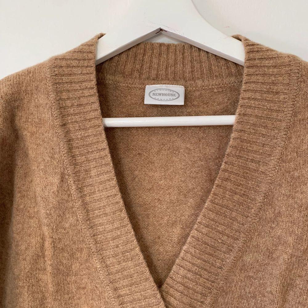 Märkes tröja från NEW HOUSE, köpt secondhand, ny-pris 1599 kr. Ingen storlekslapp, skulle säga som en M/L . Köparen står för frakt 🚚 . Stickat.