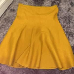 Asgullig senapsgul stickad kjol från zara, perfekt till vintern! Köparen står för frakt eller så kan vi mötas upp💕💕