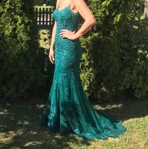 Jättefin festklänning med släp från Rever Design, i aquagrönt. Storlek 32 men utsydd till att passa 36 perfekt! (Modellen har storlek 36). Använd endast under en kväll! Säljs för 2000kr. Köparen står för frakten ⭐️