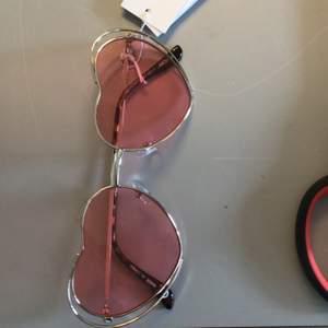 Helt nya oanvända solglasögon från Monki, påse ingår