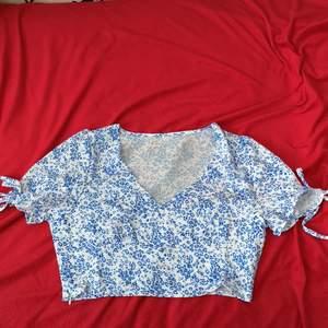 Jätte fin och sommrig tröja men som tyvärr var ett storlek för liten för mig men annars är den helt ny och i jätte bra skick👌Kan mötas upp i Malmö eller frakta men då står köparen för frakten.