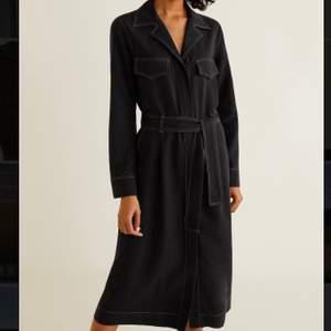 Väldigt snygg kläning med bra kvalité på materialet. Knappar framtill längst hela så man kan välja hur mycket slits man vill ha. Knyter med band i midjan