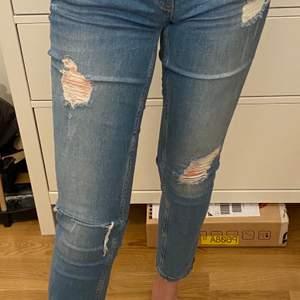 Använda men i jättebra skick. Strl w30/L32. Passar mig som har small/medium i byxor. Ljusblå med slitningar. Lågmidjade skinny jeans med dragkedja nere vid vristerna. Köparen betalar fraktkostnad på ca 70kr😊