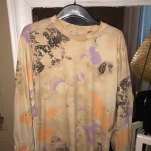 Snygg och skön långärmad tröja i coolt mönster från monki. Storlek S men är oversized. Frakt är inkluderat i priset :) Frakt 63kr, kan möjligtvis mötas upp i Stockholm, Upplands Väsby