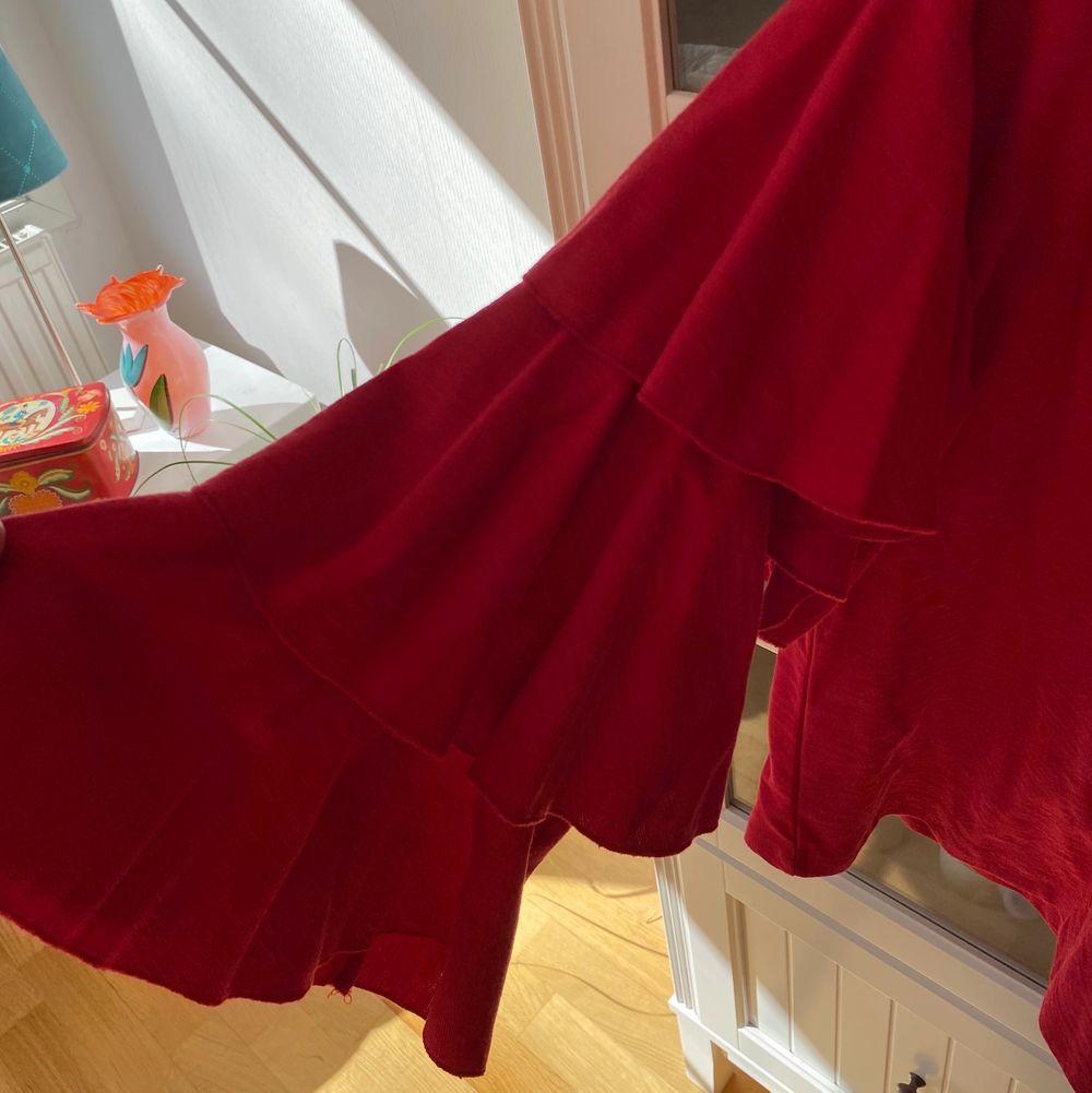 Trendig tröja med vida armar från H&M i storlek 36. Väldigt sparsamt använd så i nyskick. Säljs pga flyttrensning. 😇😇. Tröjor & Koftor.