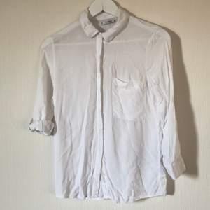 Vitskjorta från PULL&BEAR med uppvinschats trekvartsärmar och ficka. Använd 2-3 gånger. Storlek S. Köparen står för frakt!