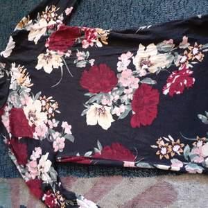 En jättefin turtleneck tröja som jag inte använder långre då jag har bytt stil. Materialet är väldigt stretchig och därmed passar den även folk med storlek M. Frakt INGÅR redan i priset:))