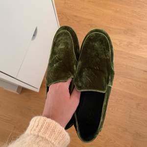 Helt nya loafers från cos, tyvärr för små för mig:(((