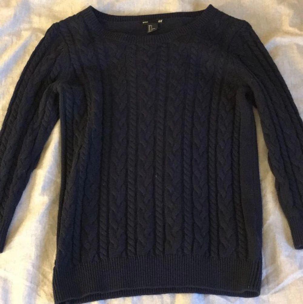 marinblå stickad tröja från H&M. använd ett fåtal gånger. 💙💙💙. Stickat.