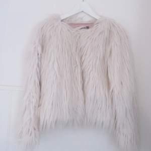 Supermysig vit fake-päls från Ginatricot.   Fint skick, endast använd en gång då jag köpte den till nyårsafton :)