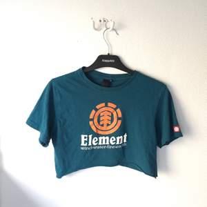 Element T-shirt som jag klippt upp till mag tröja