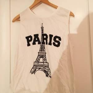 Vitt linne från Cubus med ett tryck där det står Paris och Eiffeltornet i bakgrunden. Aldrig använt!