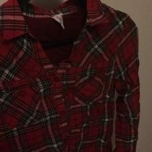Fin rödrutig skjorta storlek S