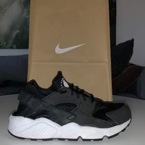 Nike Air Huarache skor 🤍 storlek 40.5 men passar lite mindre 39/40 🤍 knappast använda men baksidan är lite sliten 🤍 sammantaget ser de ganska nya ut 🤍 original pris: 1,110 kr 🤍 köparen står för frakten!