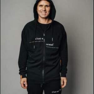 En svart C'est Normal tröja med dragkedja från Jon Olssons märke, ‼️går ej att få tag på längre‼️ Förpackningen är fortfarande inte öppnad då vi fick hem 2st. 1000kr eller högsta bud:
