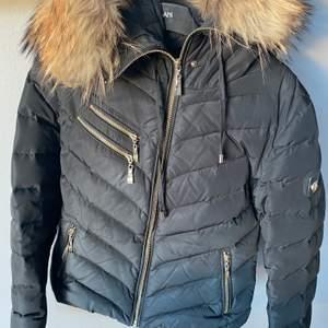 Säljes då jag den tyvärr inte kommer till användning längre. Varm och perfekt vinterjacka. Äkta päls. Storlek M men passar S bra också.