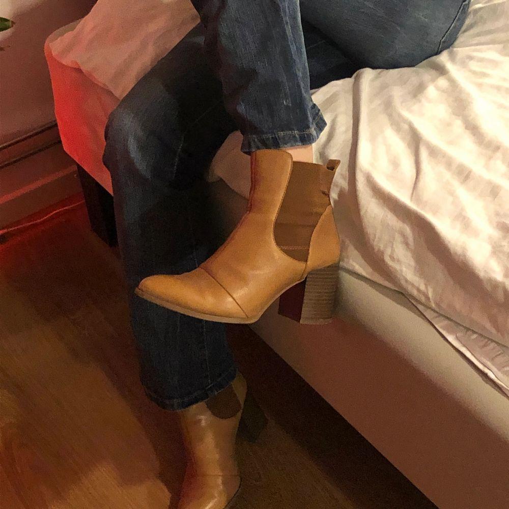 Brun orangea, jättesnygga boots i storlek 38. Knappt använda så dem är i bra skick. Köparen står för frakten. Buda gärna i kommentarerna 😌✨ (jeansen finns också att köpa) . Skor.