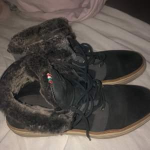 Ett par skor i gott skick använda Max 2 ggr. Nypris: 1190kr. Pris kan diskuteras!