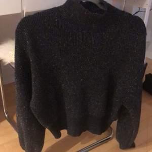 Coolaste stickade tröjan som är glittrig!!!! Storleken är one size men skulle säga att den är som en S💖