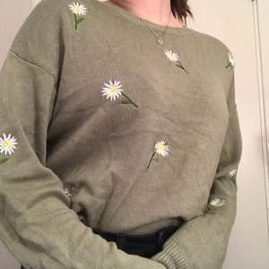 En härlig grön grov-stickad tröja, perfekt för våren! Den har prästkragar inbroderat. Använd 2 gånger, nyskick! (Är en L men känns mer som en M)