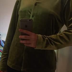 """Sammet """"kavaj/shorta"""". Storlek M/XL. Färgen är grön/ mörkgrön. Använd fåtal gånger. Märke InWear"""