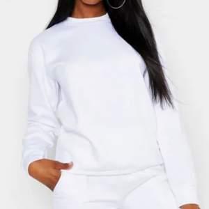 Säljer min vita tjocktröja som är använd ett antal gånger, har inga skador på tröjan. Köpt från Boohoo.