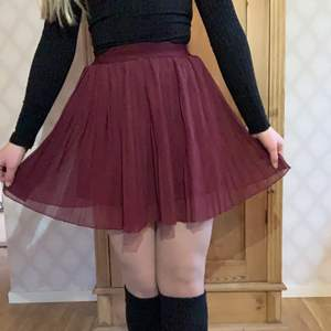 💗 Vinröd och mycket söt kjol från NaKd. Mycket elastiskt band i midjan💗