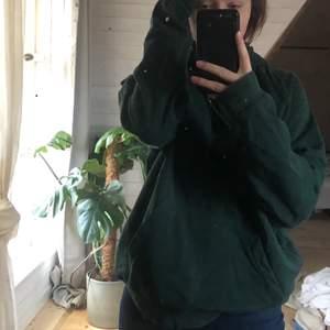Grön hoodie från herravdelningen på hm i strl M. Använd och lite missfärgad. (Köpare står för frakt)🐊
